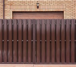 Забор из штакетника металлического сплошная компоновка